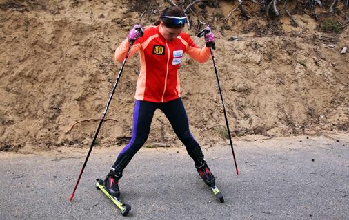 Krista Pärmäkoski neuvoo rullasuksilla jarruttamisen. Kuva: Heidi Lehikoinen